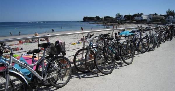 Vélos attachés le long des murs de Loctudy en Finistère