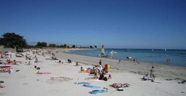 Vacanciers sur les plages de Loctudy en Finistère sud
